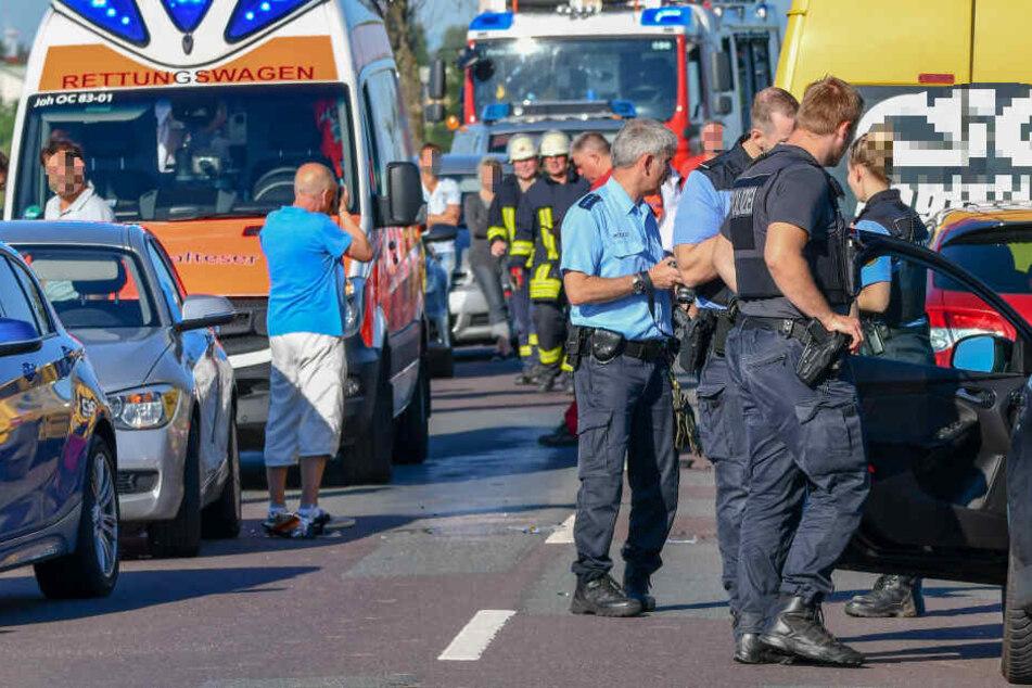 Mopedfahrerin verunglückt, Transporter kracht auf Stauende: Vier Verletzte bei schwerem Unfall!