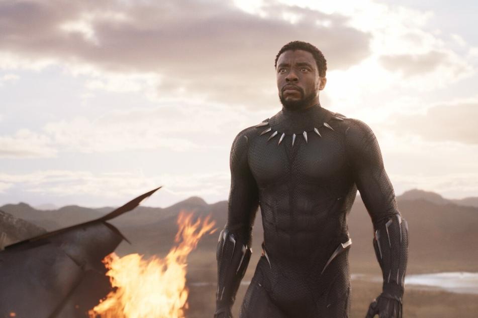 "Chadwick Boseman (†45) als T'Challa in ""Black Panther""."