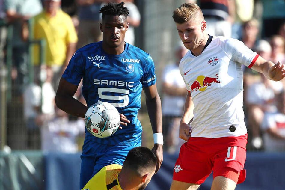 Leipzigs Timo Werner (rechts) versucht erfolglos den Franzosen-Keeper zu überwinden.
