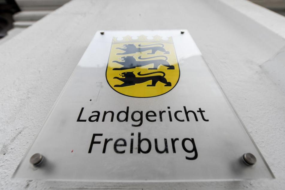 Ein Schild mit der Aufschrift Landgericht Freiburg hängt am Gebäude.