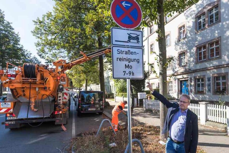 ASR-Betriebsleiter Dirk Behrendt (51) zeigt das neue Schild.