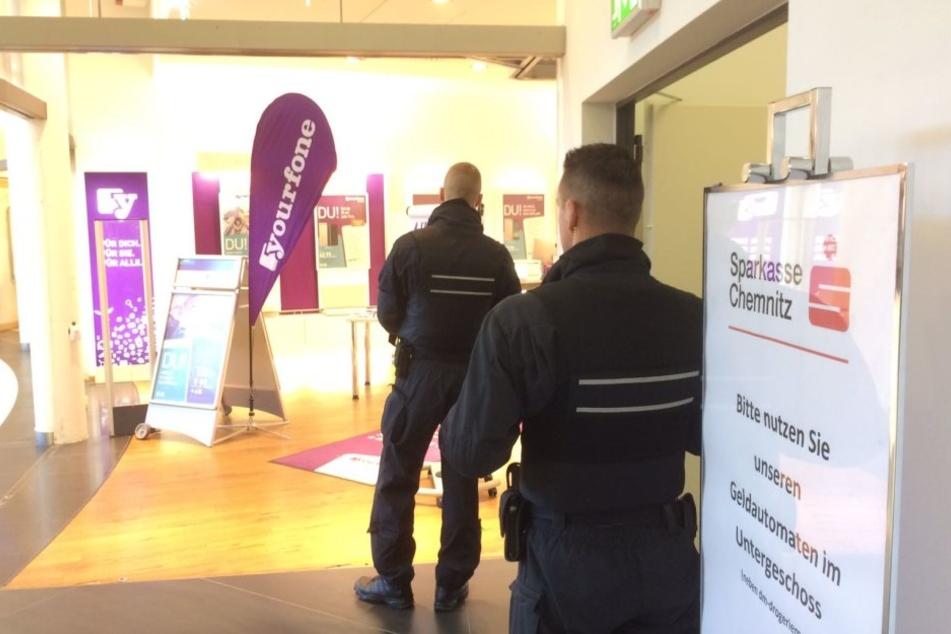 Mehrere Beamten durchsuchen das Gebäude.