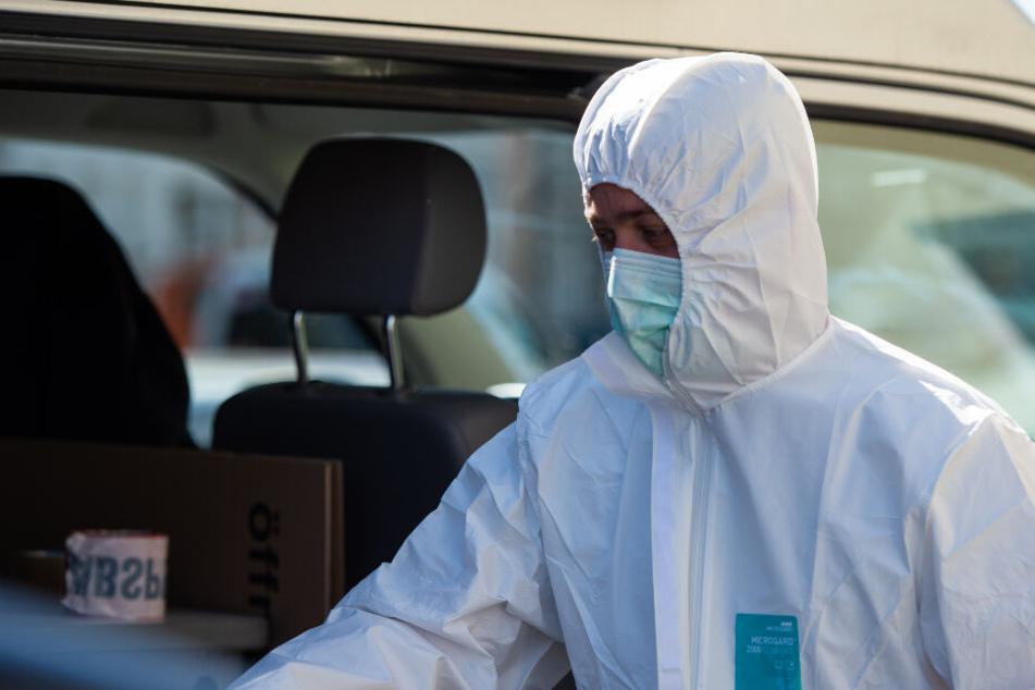 Ein Mitarbeiter der Spurensicherung steht neben seinem Einsatzwagen. Im Zusammenhang mit dem Passauer Armbrust-Fall haben Ermittler zwei Leichen in Niedersachsen gefunden.