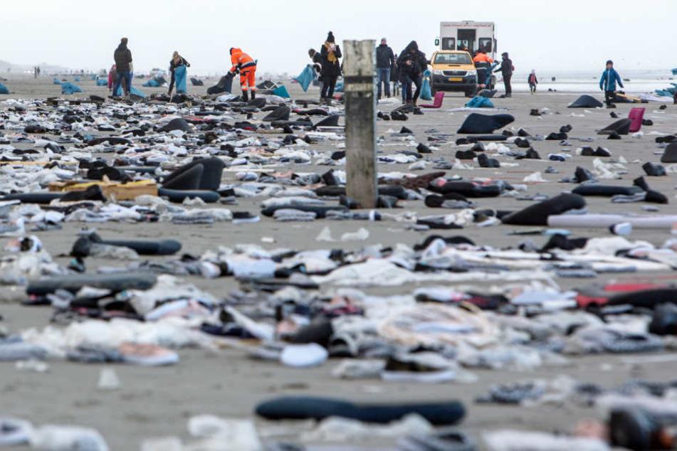 Der Strand der niederländischen Insel Ameland gleicht einer Müllhalde. Freiwillige sammeln die angespülte Ladung ein.