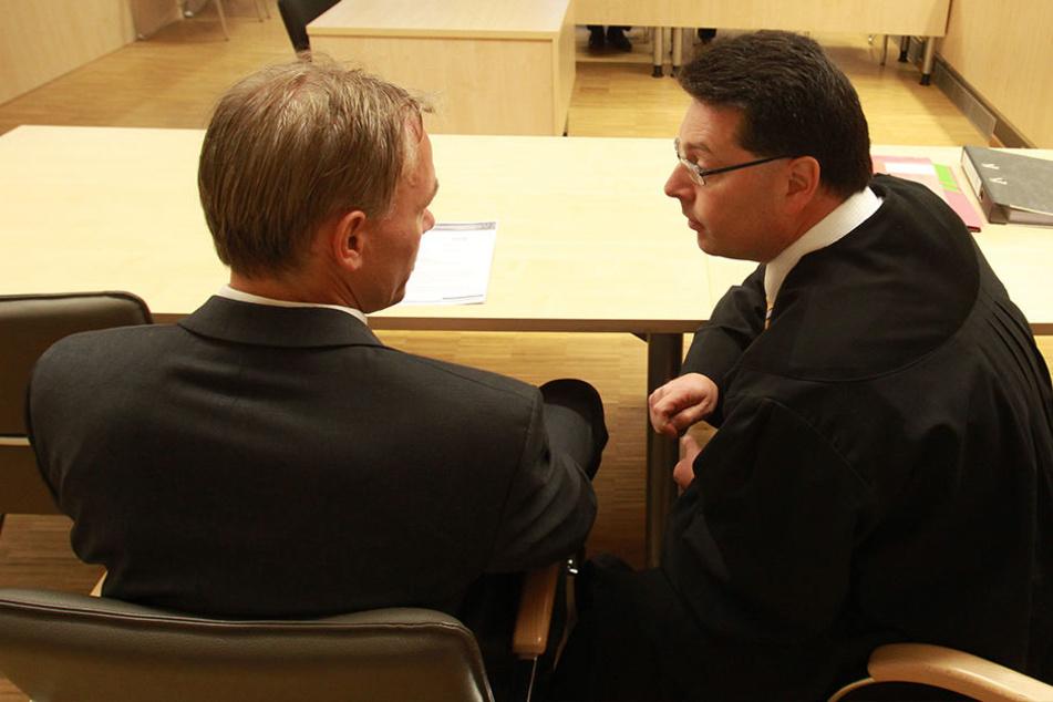 Der Zahnarzt mit seinem Anwalt bei der Verhandlung 2013 im Amtsgericht Gera.
