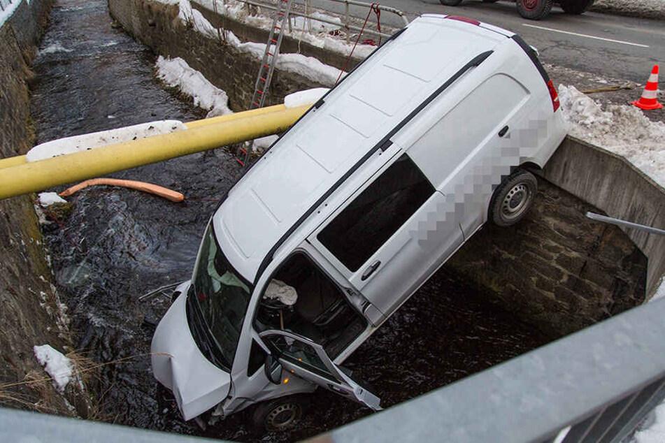Der Transporter durchbrach das Geländer und landete im Fluss.