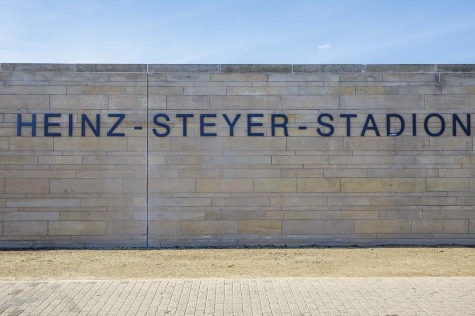 Das Stadion trägt den Namen von Heinz Steyer (1909-1944), ehemaliger  Widerstandskämpfer und Fußballer.