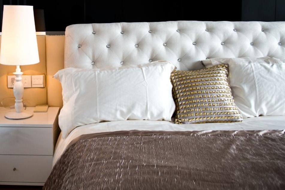Aggressiver Einbrecher steigt in Bettengeschäft ein, um Nickerchen zu machen