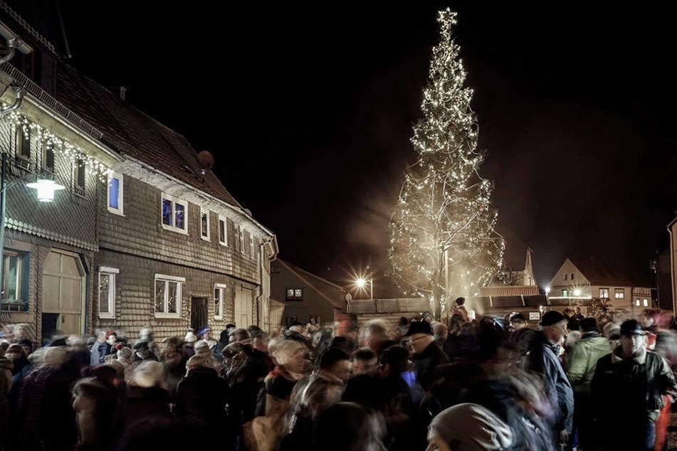 Crawinkel in Thüringen hat eine neue Attraktion - Diesen Weihnachtsbaum.