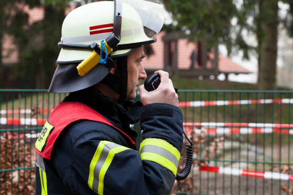 Tragischer Fund: Feuerwehr entdeckt toten Mann in brennendem Haus