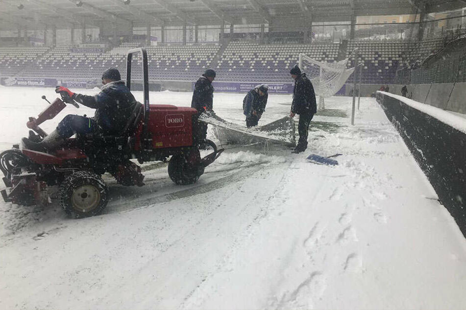 """Auch """"schweres"""" Gerät kam zum Einsatz, um den Platz vom Schnee zu befreien."""