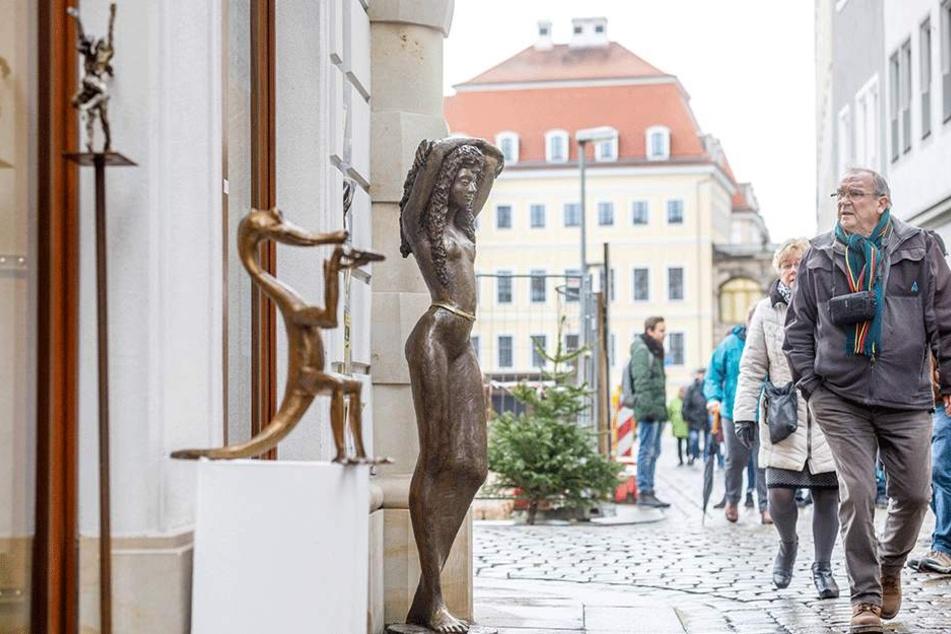 Die lebensgroßen Nackedei-Skulpturen (65 Kilo) sind der neue Hingucker an der Sporergasse zwischen Schloss und Verkehrsmuseum.