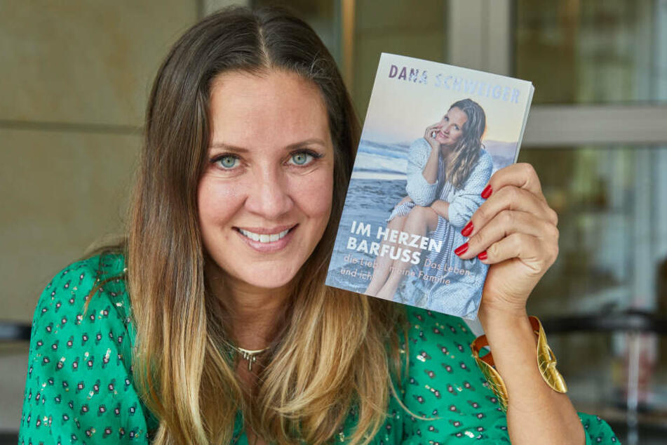 """Dana Schweiger, Ex-Frau von Til Schweiger, hält nach einem Interview ihr neues Buch mit dem Titel """"Im Herzen barfuß""""."""