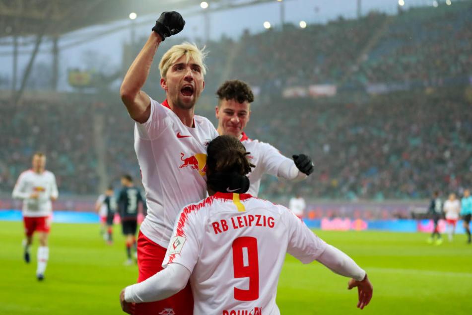 Kevin Kampl (l.) und Diego Demme jubeln mit Torschütze Yussuf Poulsen (#9) über das 1:0.