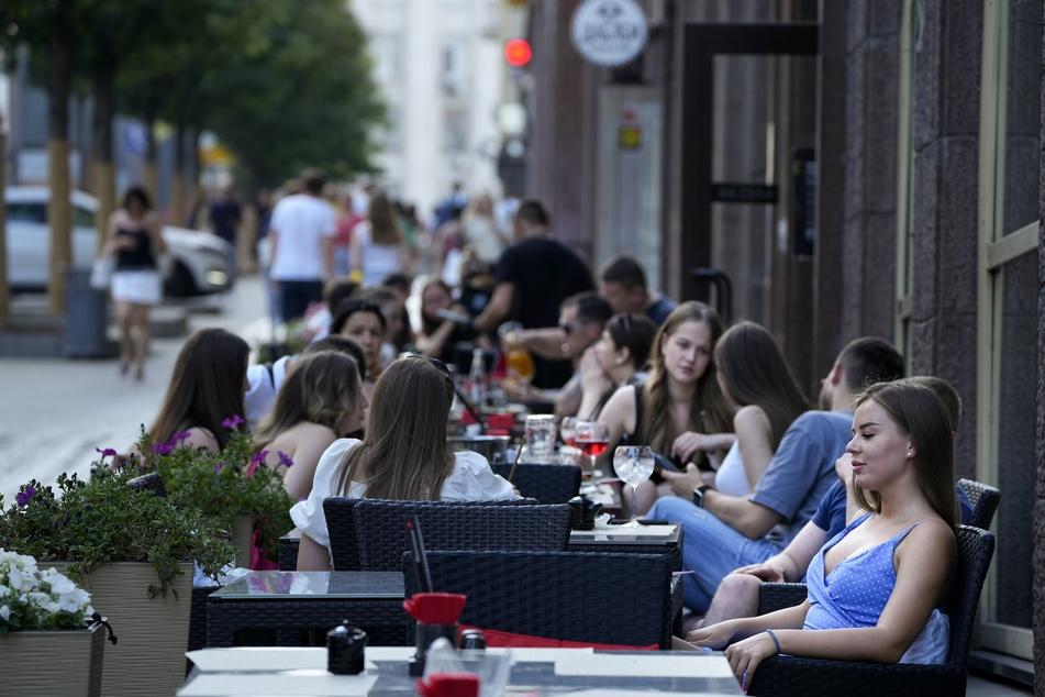 Personen im Außenbereich eines Restaurants in Moskau.