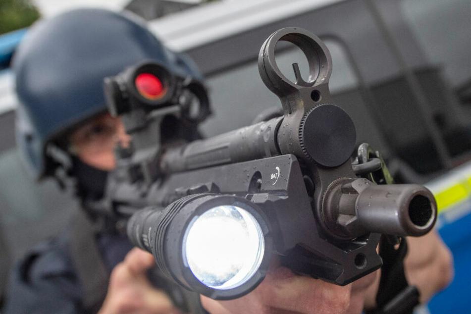 Ein Polizist hält bei einer Übung eine Maschinenpistole im Anschlag. (Symbolfoto)