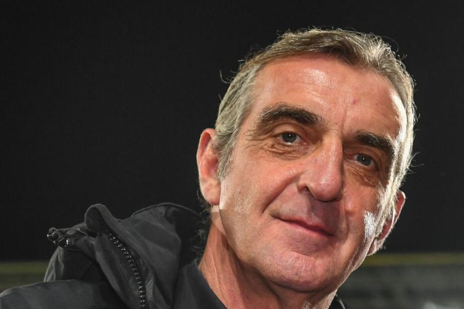 Ralf Minge lächelt still in sich hinein. Dabei denkt er sicher an die finanzielle Situation. Dynamo steht so gut da wie nie. Jetzt soll das Geld in die Mannschaft investiert werden.