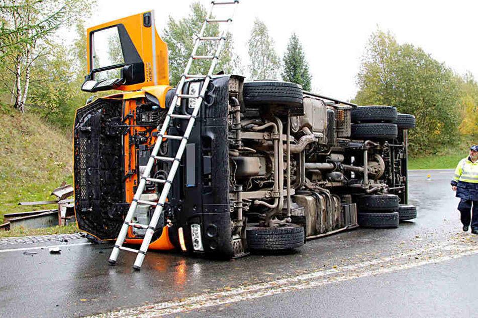 Der Fahrer des Lkw wurde bei dem Unfall verletzt und musste ins Krankenhaus gebracht werden.