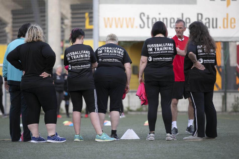 Trainer Holger Hums behält seine Mädels beim sportlichen Spiel im Auge.