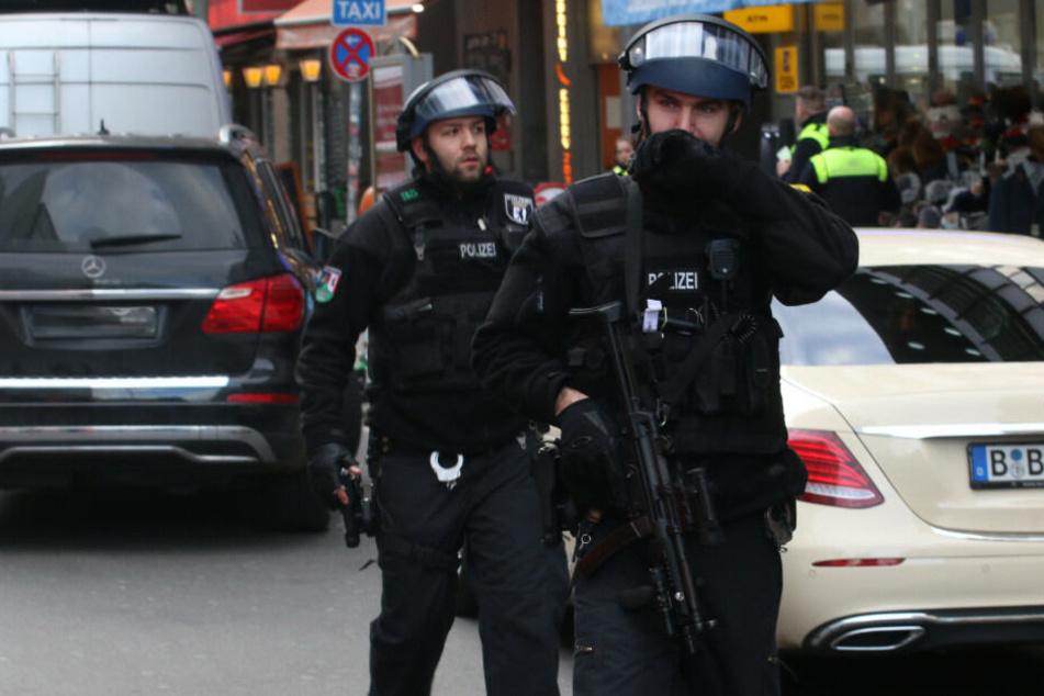 Berlin: Polizei im Großeinsatz am Checkpoint Charlie: Schüsse kamen aus Schreckschusswaffe