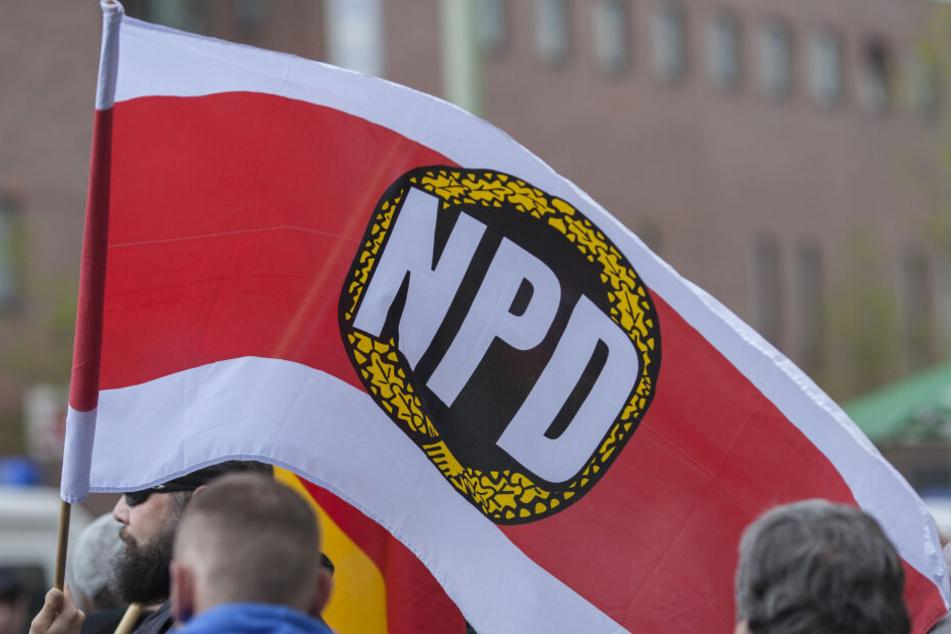 Anhänger der rechtsextremen NPD demonstrieren auf der Straße. (Archivbild)