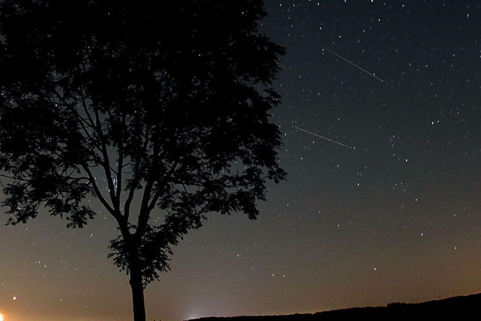 Ein Blick in den Sternenhimmel lohnt sich heute Nacht. (Symbolbild)