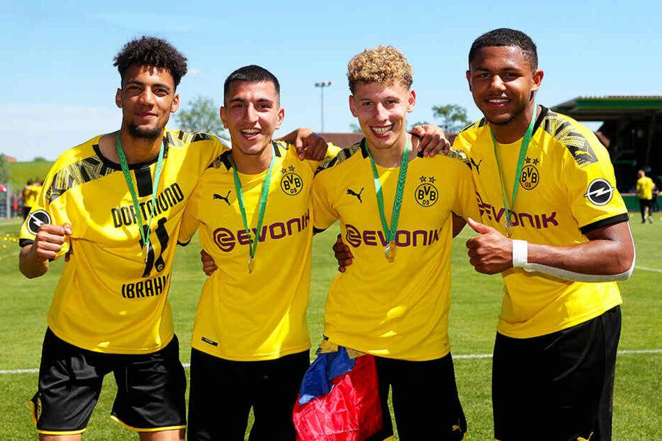 Vier U19-Meister des BVB, von denen höchstens einer bleibt: Yasin Ibrahim (l.), Enrique Peña Zauner (Zweiter von rechts) und Paul-Philipp Besong (r.) haben bereits alle einen neuen Verein. Nur Emir Terzi bleibt Dortmund Stand jetzt erhalten.