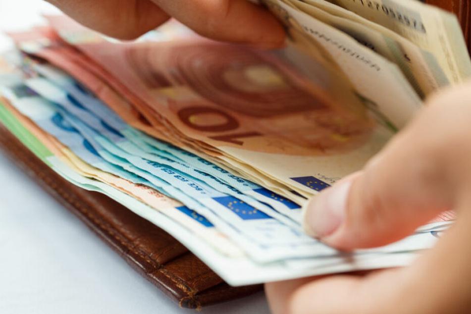 Der Mann brachte das Geld zur Polizei, anstatt es für sich zu behalten. (Symbolbild)