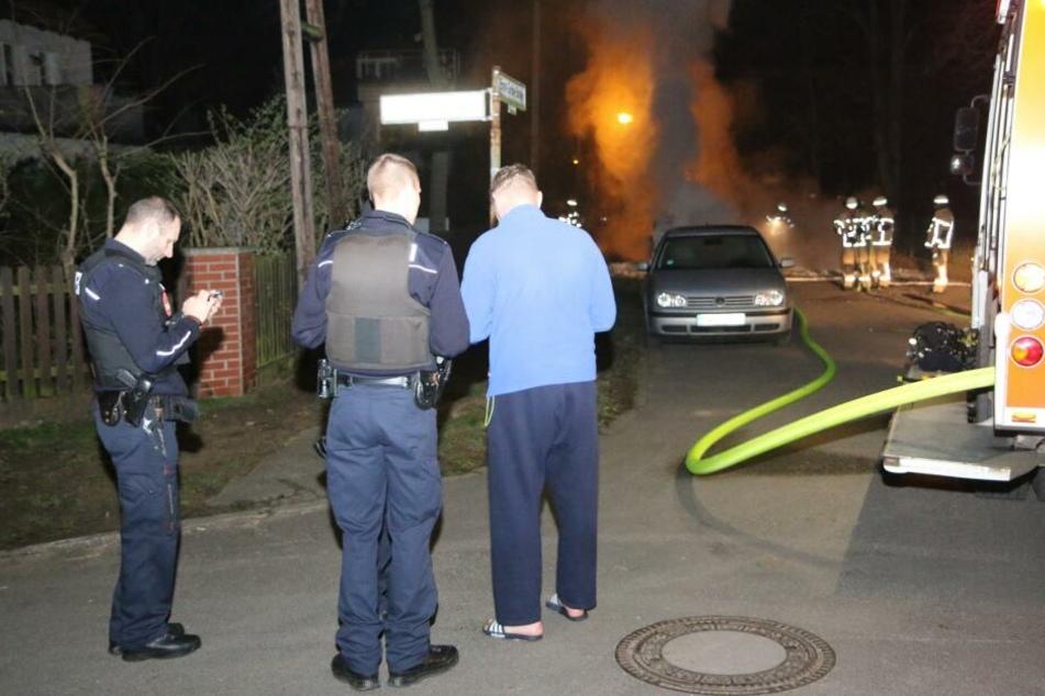 Einsatzkräfte der Polizei sprechen mit dem Inhaber des Autos (rechts).