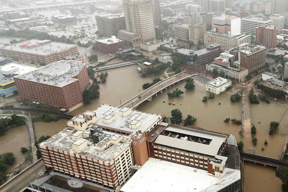 Mittlerweile gilt in Houston eine Ausgangssperre, um die Bewohner vor Plünderungen zu schützen.