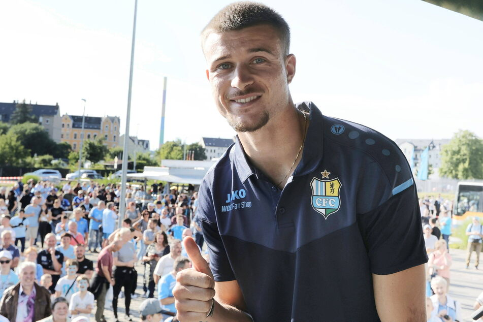 Daumen hoch! Für Kilian Pagliuca (24) hätte der Start bei den Himmelblauen nicht besser laufen können.