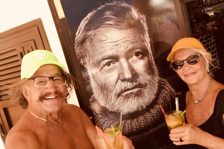 Genießen auf den Kanaren alte Freiheiten in geöffneten Gaststätten: Dorit Gäbler (78) und Karl-Heinz Bellmann (74) gönnen sich auf Teneriffa einen Mojito in einer Hemingway-Bar.