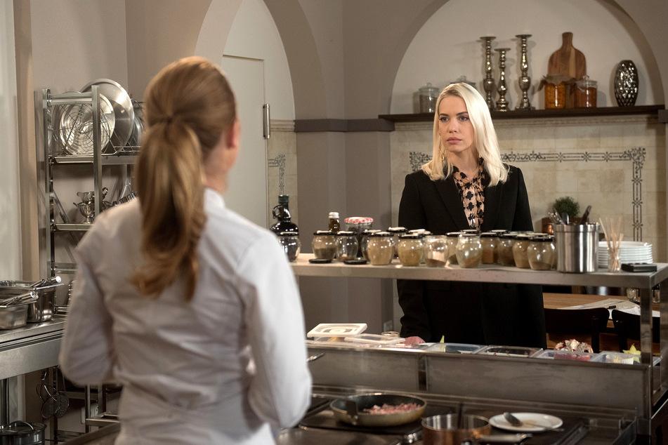 """Amelie (r.) begreift, dass die """"Rote Rosen""""-Köchin Carla ihren Mann unter Druck setzt. Zeit für die nächste Runde im Kampf um das Hotel."""