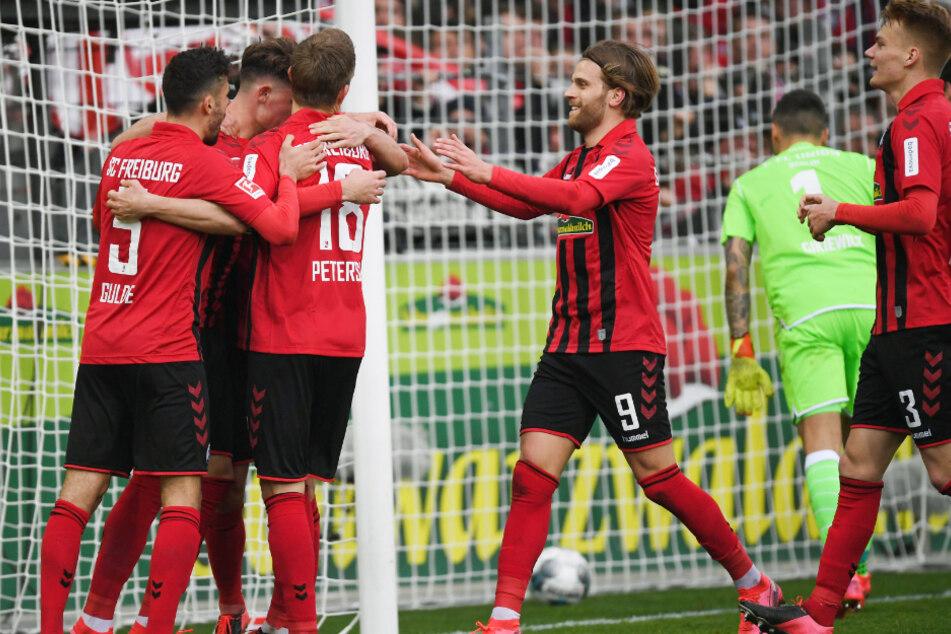 Fußball: Bundesliga, SC Freiburg - 1. FC Union Berlin, 25. Spieltag im Schwarzwaldstadion. Manuel Gulde, Robin Koch, Nils Petersen, Lucas Höler und Philipp Lienhart (l-r) von Freiburg bejubeln das 3:1.