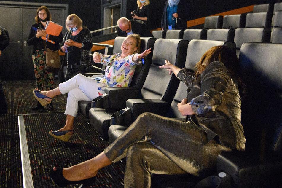 Auch mit Corona-Abstand einander verbunden: Kati Witt (54) freut sich über das Wiedersehen mit Gaby Seyfert (71) im Kinosaal zur Premiere.