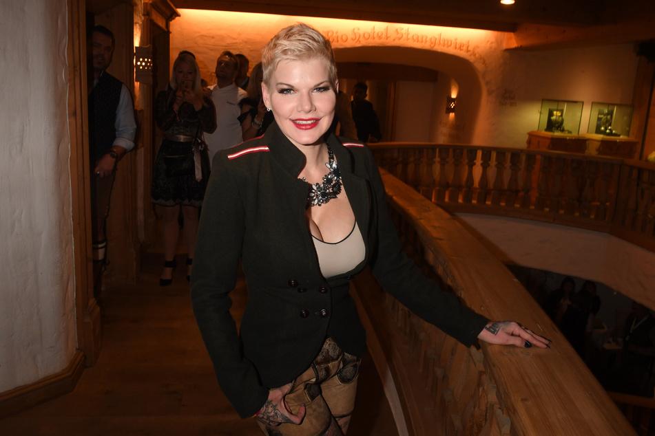 Ruft mal wieder zu Party, Bier und guter Laune auf: Malle-Star Melanie Müller (32) hat einen neuen Song veröffentlicht.