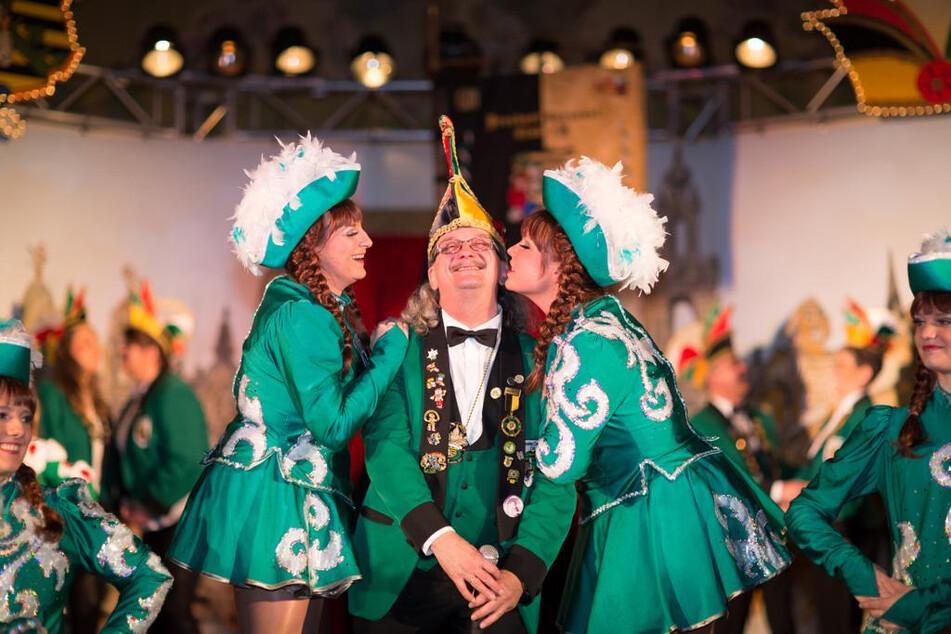 """In diesem Jahr läuft die fünfte Jahreszeit so ganz anders als gewohnt, doch """"wir lassen uns nicht unterkriegen"""", sagt Michael Thiele (63) vom Dresdner Carneval-Club."""