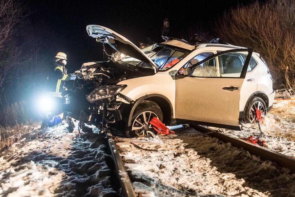Die alarmierten Rettungskräfte konnten nur noch den Tod der beiden Insassen des Autos feststellen. Die sieben Insassen des Zuges blieben nach Angaben der Polizei unverletzt. Der Triebwagenführer erlitt einen Schock.