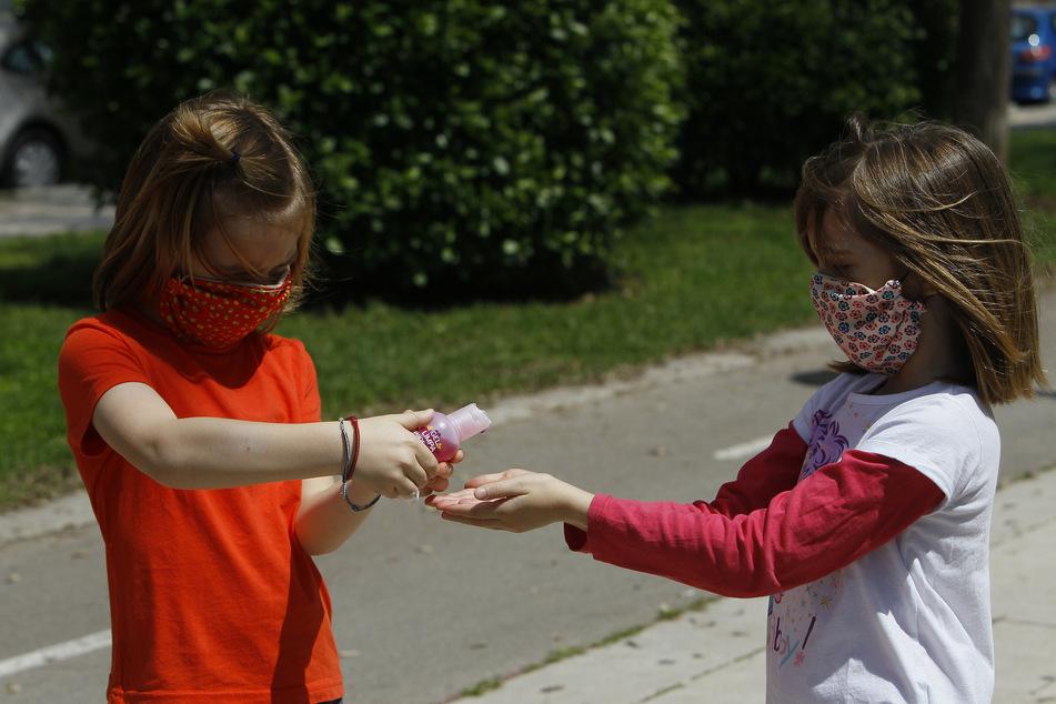 Spanien: Ab heute dürfen Kinder unter 14 Jahren zusammen mit einem Elternteil bis zu einer Stunde und innerhalb eines Kilometers von zu Hause aus spazieren gehen.