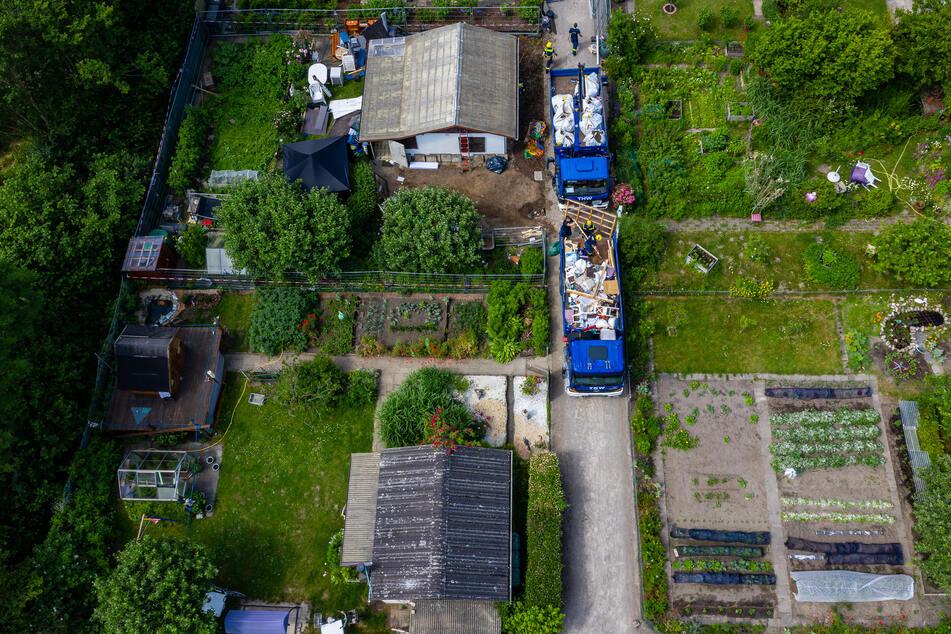 Mitarbeiter des Technischen Hilfswerks (THW) sind mit dem Abriss der Gartenlaube des Verdächtigen im Missbrauchsfall von Münster beschäftigt. Der Abbau erfolgt nahezu händisch ohne den Einsatz von Baumaschinen, um mögliche weitere Spuren zu erhalten.