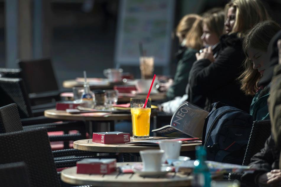 Im Café zu sitzen und die Sonne zu genießen wird bald wieder möglich sein.