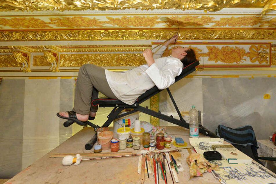 Restauratorin Ariane Bothe-Stadelmann (50) malt  den Fries im Kleinen Ballsaal.