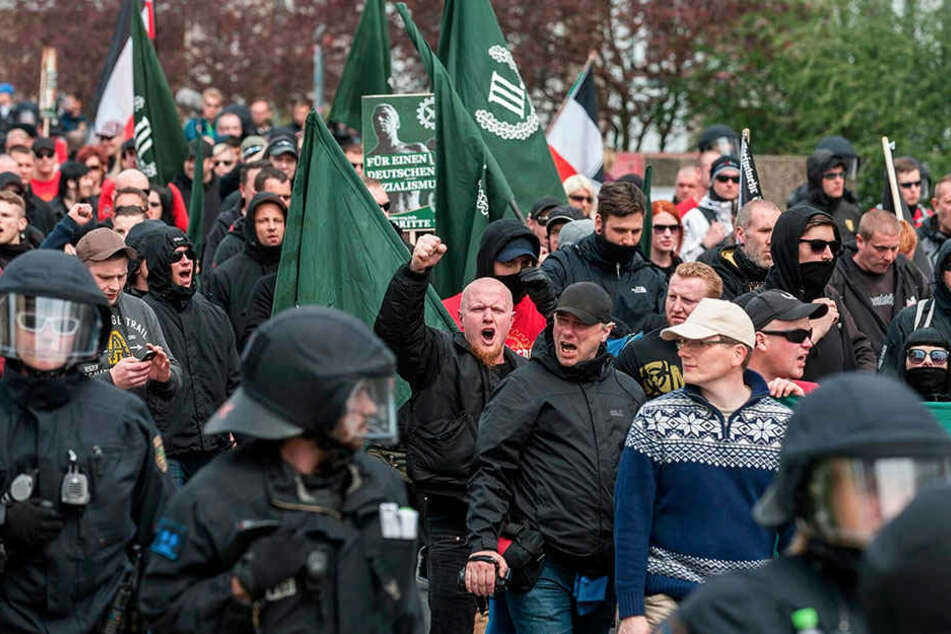"""Rechtsextreme bei einer Demonstration in Plauen. Ihre Parolen sind """"salonfähig"""" geworden."""