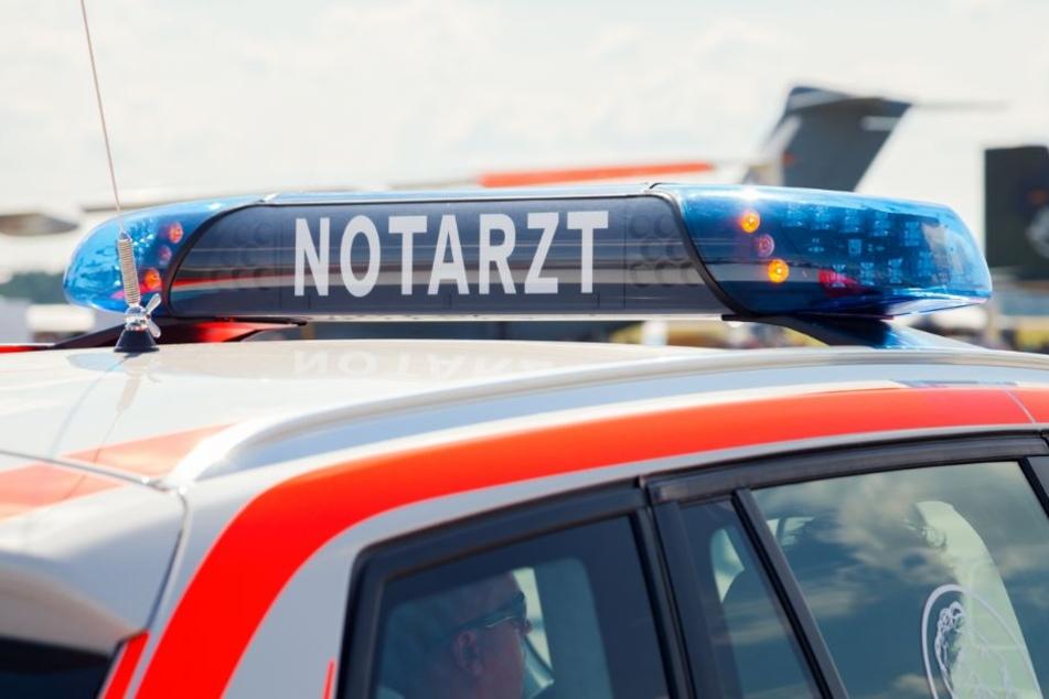 Der Fahrer wurde mit einem Rettungswagen in ein Krankenhaus gebracht. (Symbolbild)