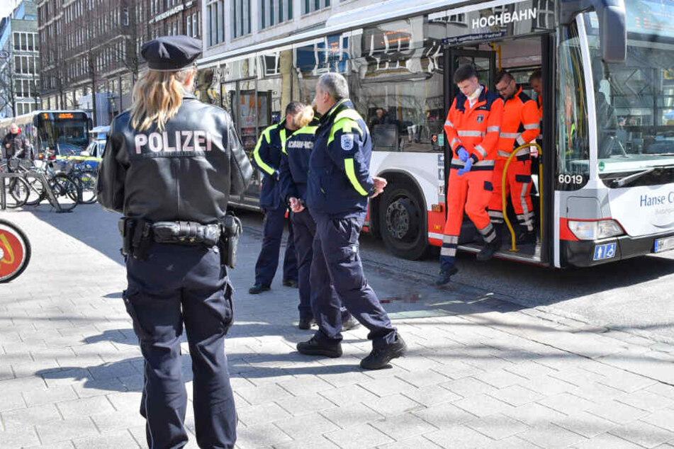 Unfall mit Linienbus in der City: Mann lebensgefährlich verletzt!