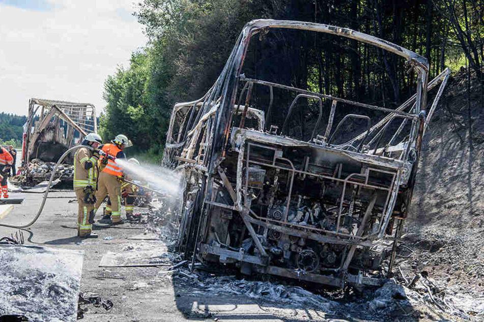 Der Reisebus brannte vollständig aus. Dutzende Schwerverletzte und 18 Tote forderte das Unglück auf der A9 bei Münchberg.