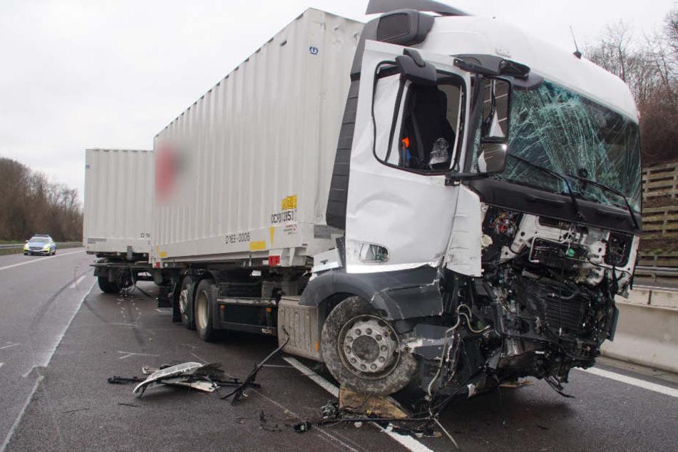 Der völlig demolierte Lastwagen des 55-Jährigen.