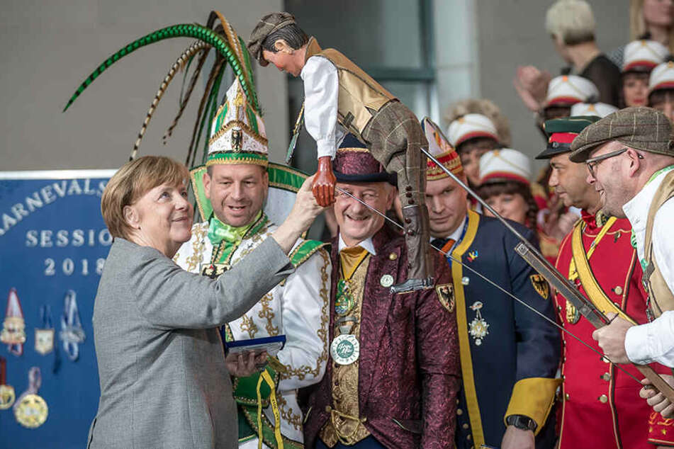 Kanzlerin Merkel neben Prinz Mike I. vom Aachener Karnevalsverein 1859 e.V.
