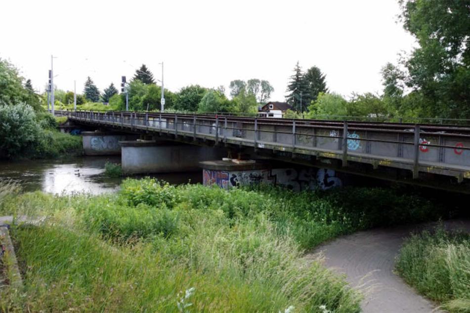 Die über 90 Jahre alte Brücke über der Weißen Elster hat ausgedient.