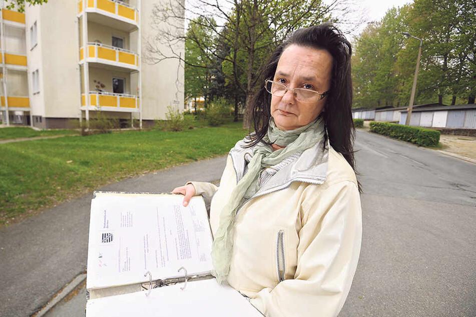 """Simone Voigt (52) hatte 13 Mal """"Besuch"""" vom Reifenstecher. Von den Fällen hat sie  zahllose Akten."""